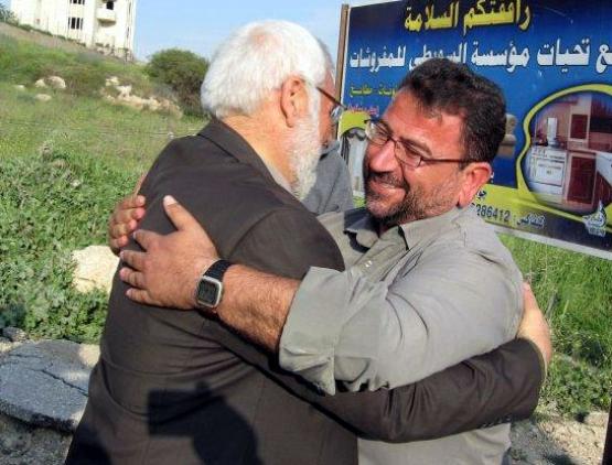 رئيس المجلس التشريعي يعانق مؤسس كتائب القسام بالضفة عقب الإفراج عنه